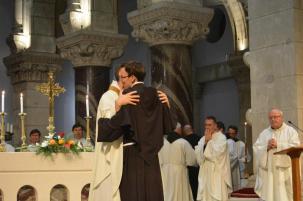 Accueil dans l'Ordre du nouveau profès par le frère Custode et les autres frères.