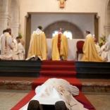 Ordination de fr. Jean-Luc Marie (Narbonne, mars 2011). Prostration : signe du don total de l'ordinand au Seigneur.