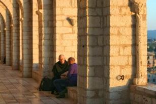 Giovane e frate sul porticato Assisi