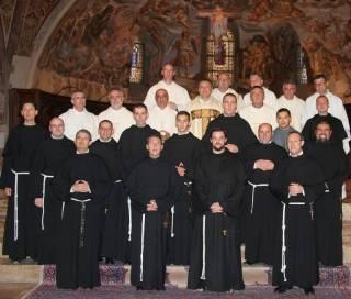 Les novices et les custodes et ministres provinciaux.