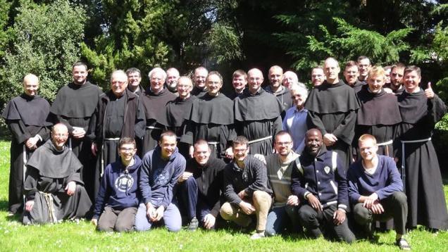 Les frères de la custodie de France - Belgique (debout) et les jeunes de l'Année Saint François (premier rang)