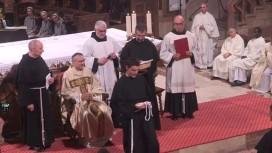 Fr. Hugo - Marie reçoit la corde avec les trois noeuds, symbole des trois voeux prononcés.