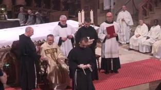 Fr. Grégoire reçoit la corde avec les trois noeuds, symbole des trois voeux prononcés.