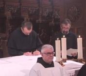 Fr. Grégoire signe le registre de la province.