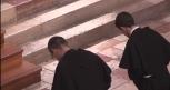 Fr. Grégoire (à g.) et fr. Hugo - Marie (à dr.) s'inclinent devant l'autel.