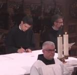 Fr. Hugo-Marie signe le registre de la province.