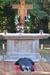 La prostration, signe du don total du profès au Seigneur. n moment fort pendant lequel est chantée la litanie des saints.