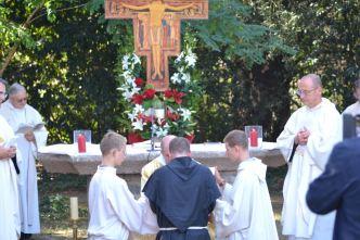Fr. Jérémie - Marie prononce ses voeux entre les mains du custode provincial, fr. Jean - François - Marie.