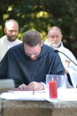 Fr. Jérémie - Marie signe les registres.