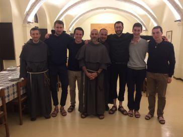 De gauche à droite : fr. Raphaël, Gabriel, Clément, fr. Jack, fr. Jean-Luc-Marie, Charles-Eric, Raphaël et Emmanuel.