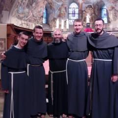 Les novices français autour de fr. Jean-François. De gauche à droite : fr. Raphaël, fr. Clément, fr. Jean-François, fr. Gabriel, fr. Charles-Eric.