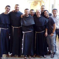 Après la célébration : Les néo-novices & postulants français entourent fr. Raphaël et fr. Jean-François