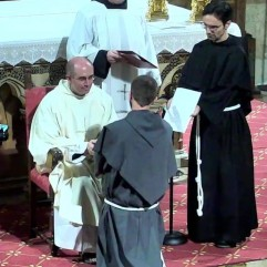 Profession de fr. Raphaël entre les mains de fr. Jean-François.