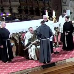 Fr. Raphaël reçoit la corde à 3 noeuds, symbole des voeux prononcés.