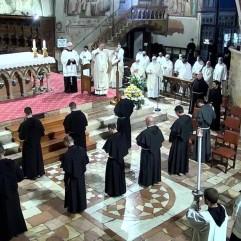 Les profès : bénédiction finale (fr. Raphaël est au 2e rang, tout à droite).