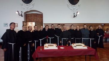 Les nouveaux profès : fr. Raphaël-Marie est en gris, à droite.