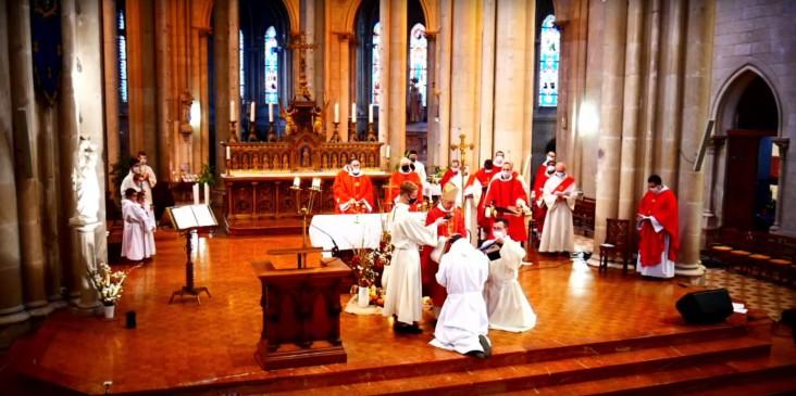 Imposition des mains de l'évêque sur l'ordinand