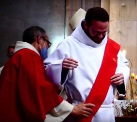 Vêture : fr. Jérémie-Marie reçoit les ornements propres au diacre (étole puis dalmatique)