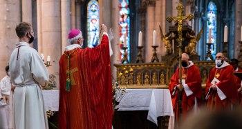 Encensement de l'autel par Mgr. Delmas