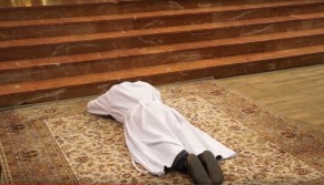 Litanie des saints et prostration de l'ordinand en signe d'humilité