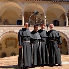 Nos trois novices dans le cloitre du Sacro Convento avec fr. Guglielmo.