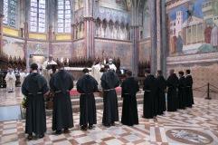 Les novices devant l'autel