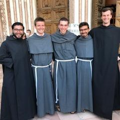 Après la cérémonie, nos trois novices (au centre) devant la basilique Saint François.