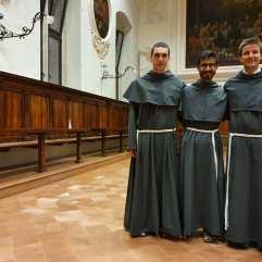 Après la cérémonie, nos trois novices : fr. Emmanuel, fr. Emmanuel et fr. Anselme.